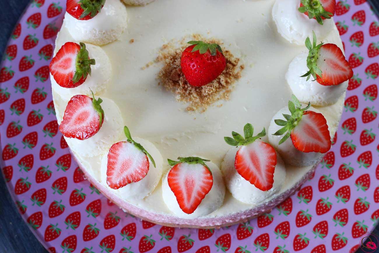 Torta mousse al cioccolato bianco e fragole alto