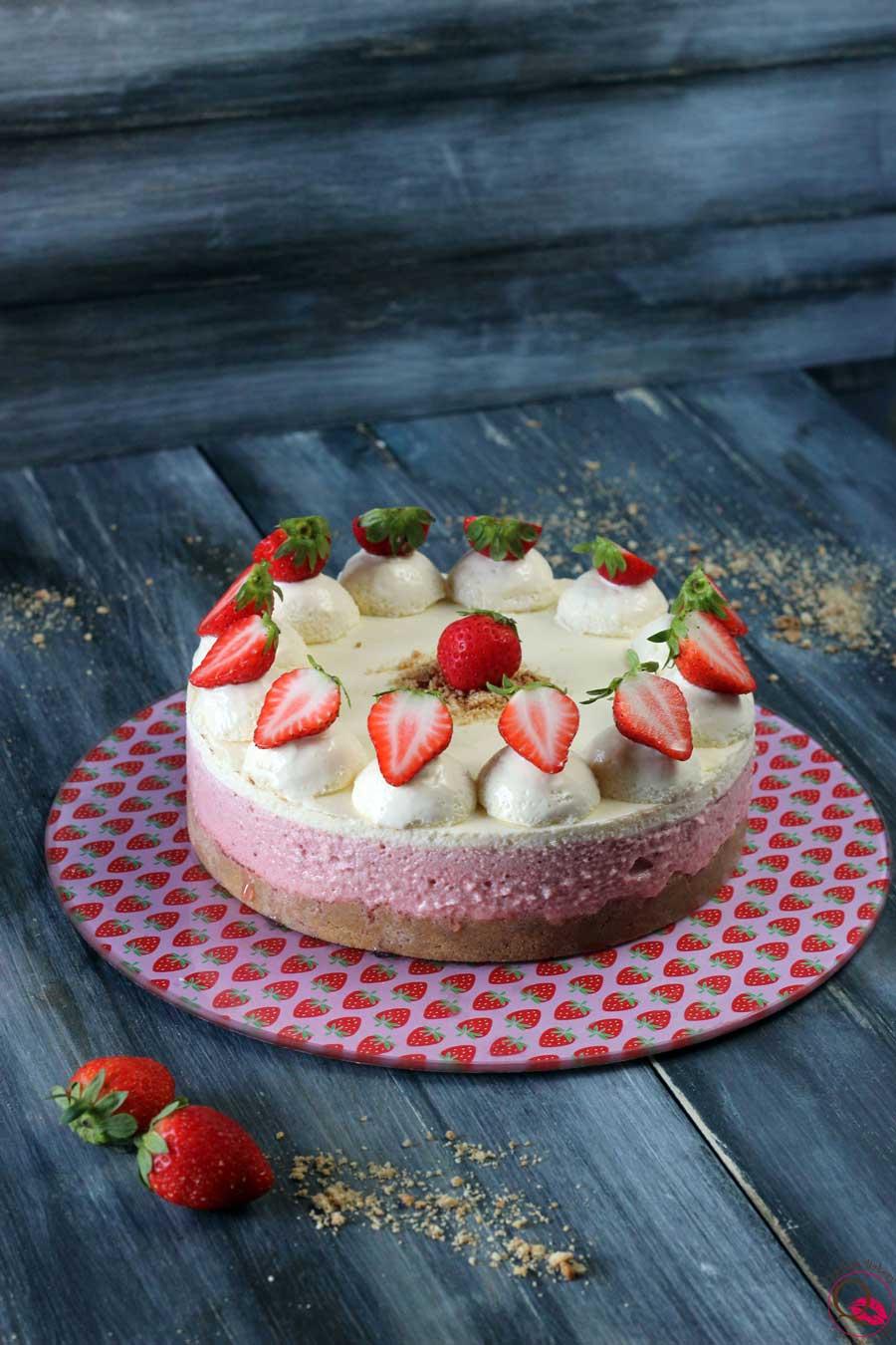 Torta mousse al cioccolato bianco e fragole LONTANO