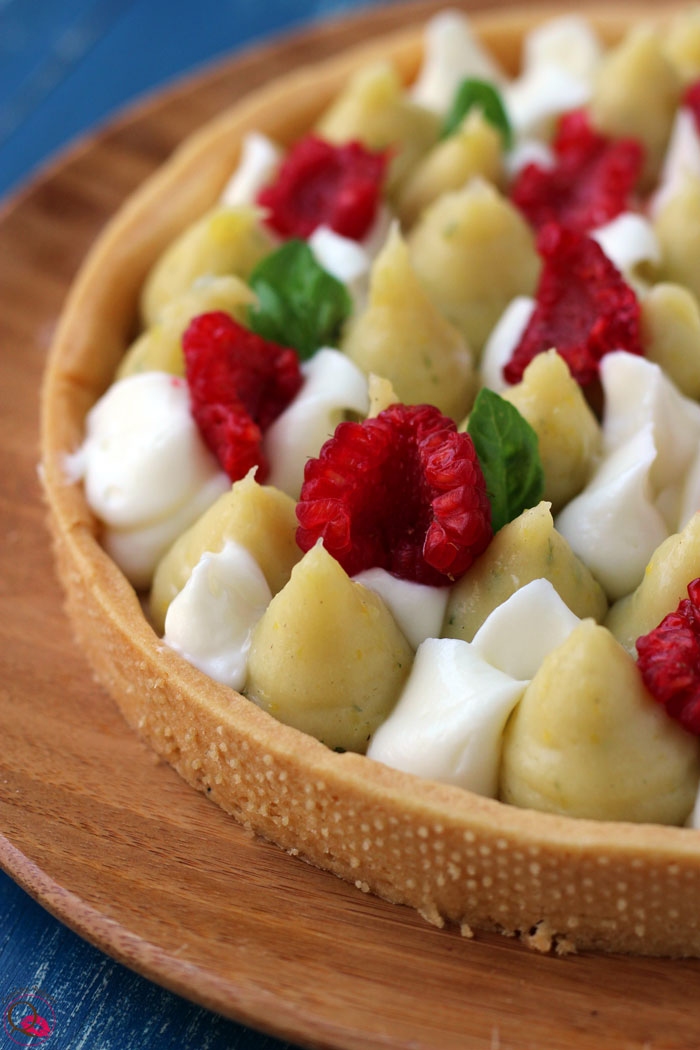 Crostata con crema al limone e basilico particolare