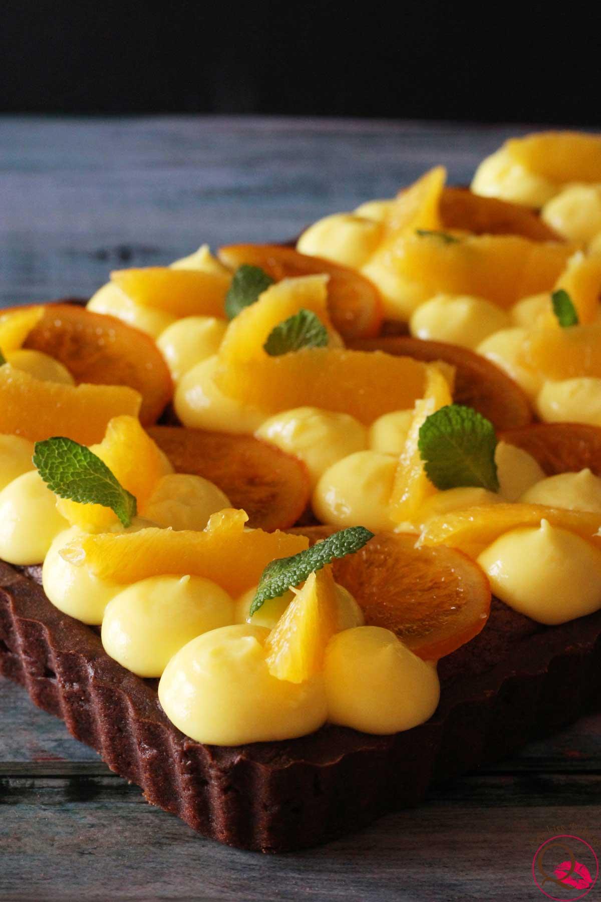 Crostata frangipane al cioccolato con arance caramellate obliqua