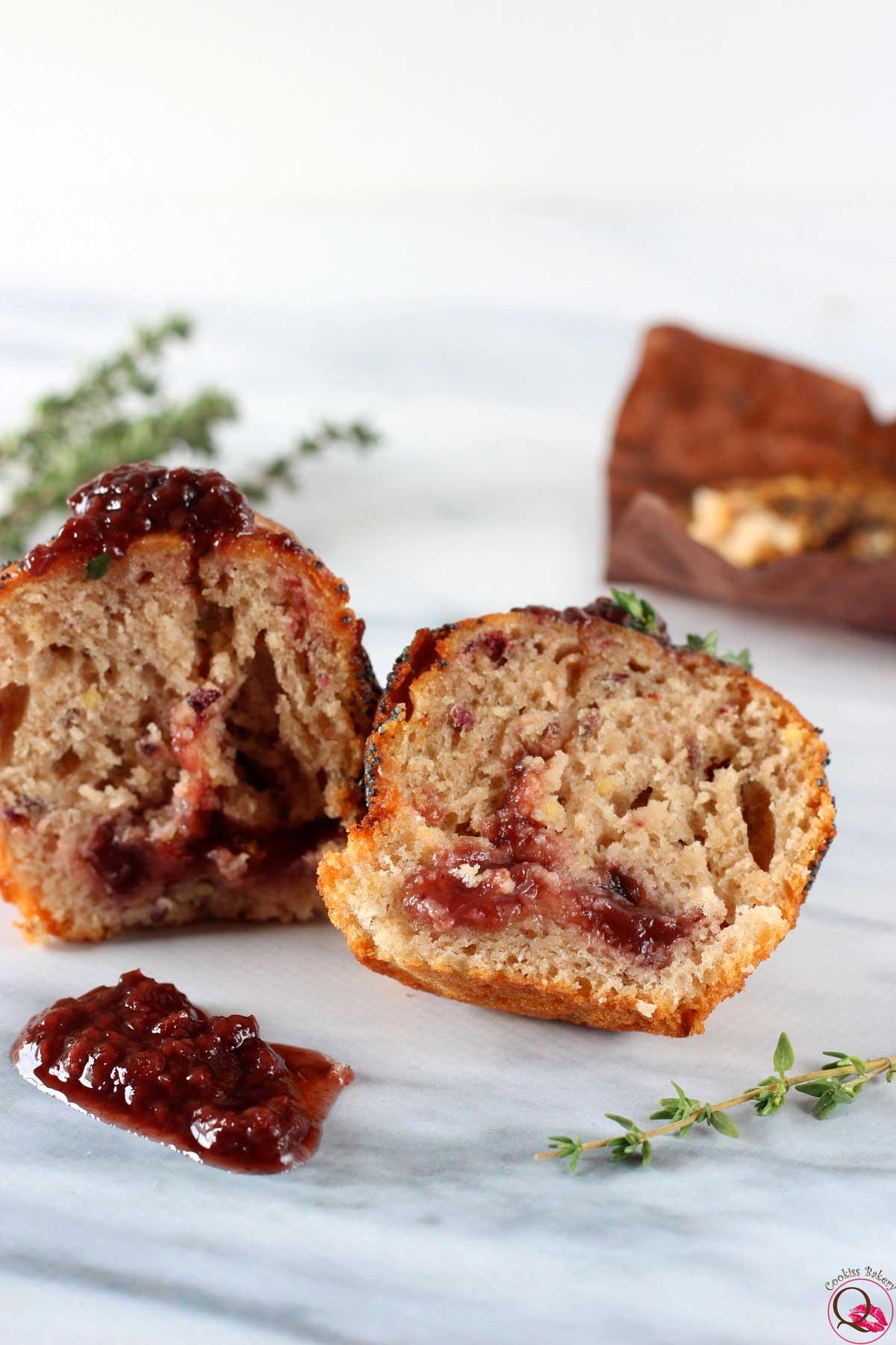 Muffins soffici all'olio d'oliva con marmellata di fragole e timo tagliato
