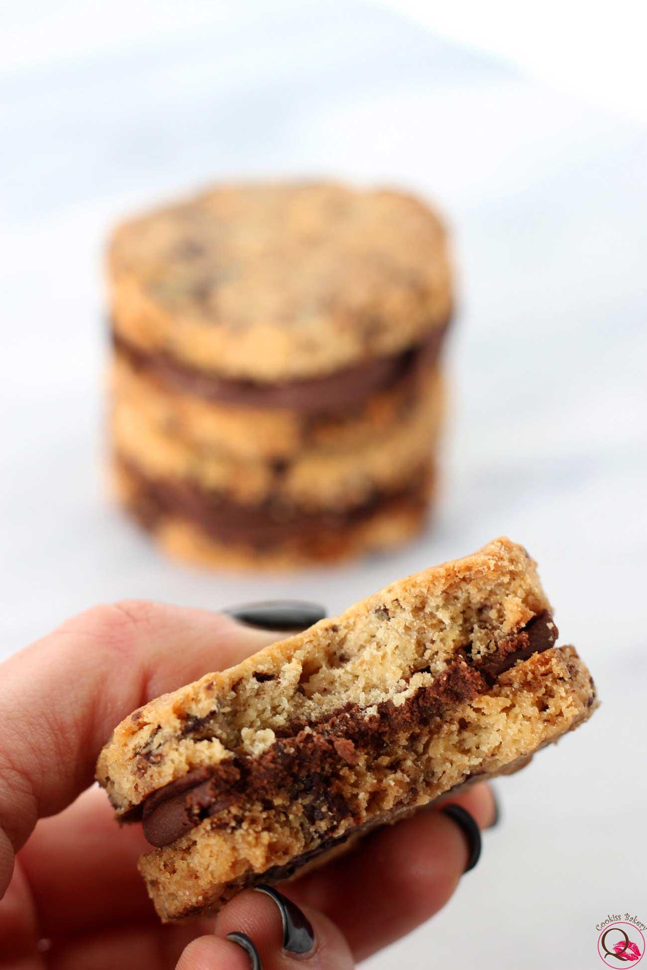 biscotto al burro con crema al cioccolato fondente morso
