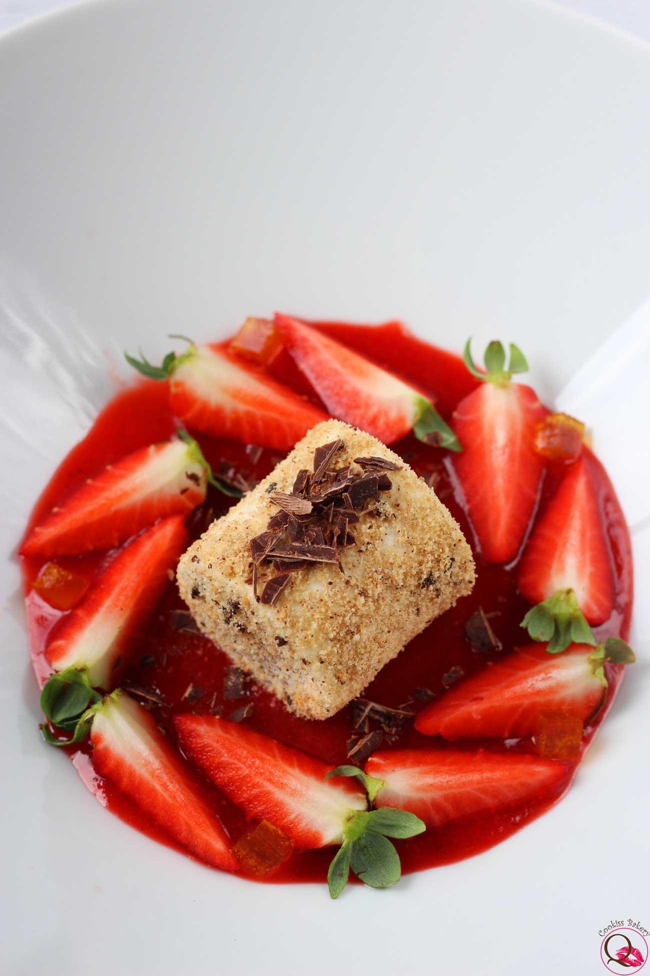 panna cotta al piatto con cioccolato e fragole verticale