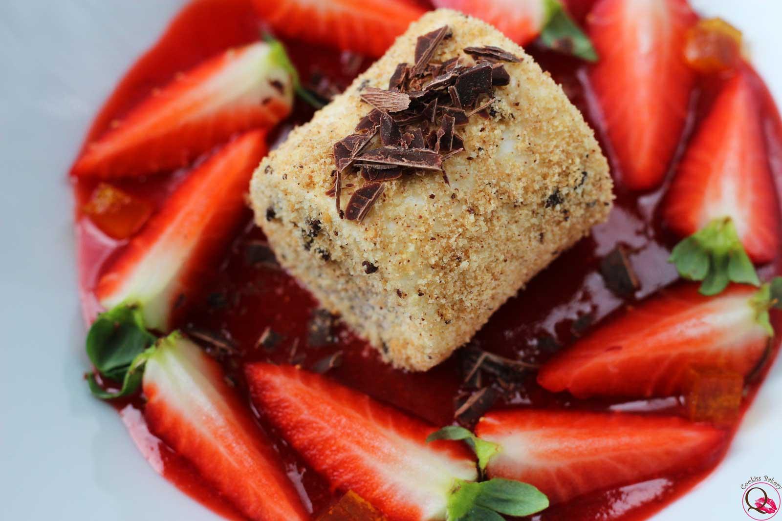 panna cotta al piatto con cioccolato e fragole vicino