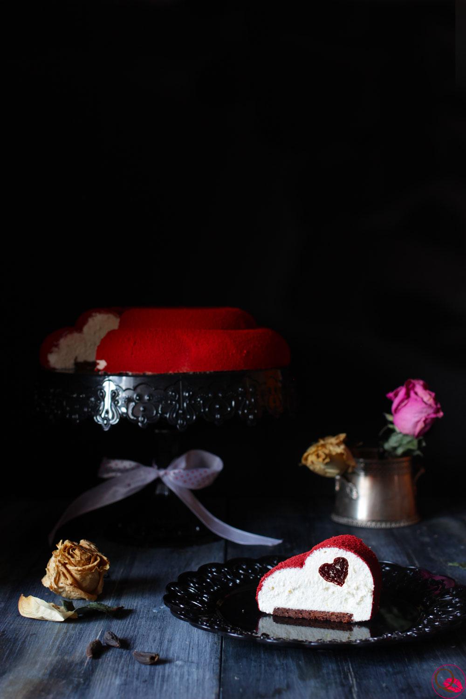 Torta-mousse-al-cioccolato-bianco-e-fave-di-tonka-fetta-lontano