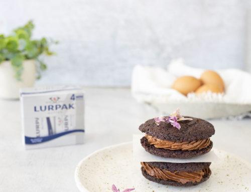 Sandwich biscotto con mousse al cioccolato fondente