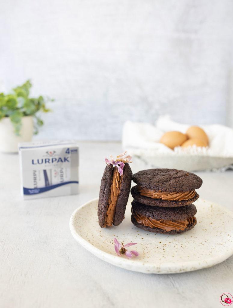 Sandwich-biscotto-con-mousse-al-cioccolato-fondente-di-lato