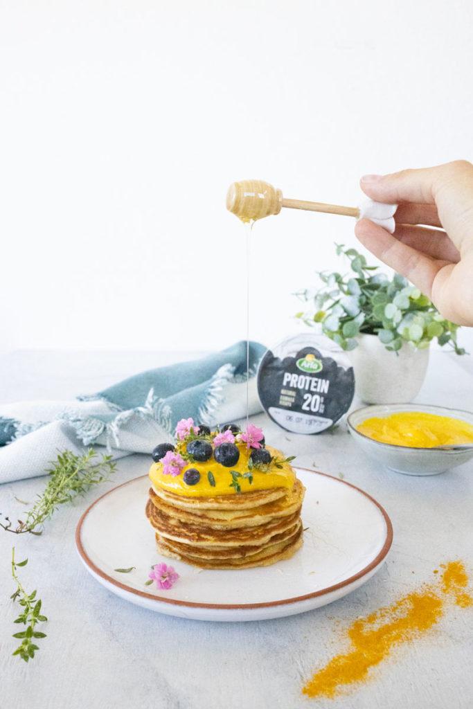 pancakes-con-skyr-alla-curcuma-miele-cola