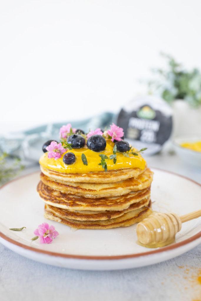 pancakes-con-skyr-alla-curcuma-vicino-grande