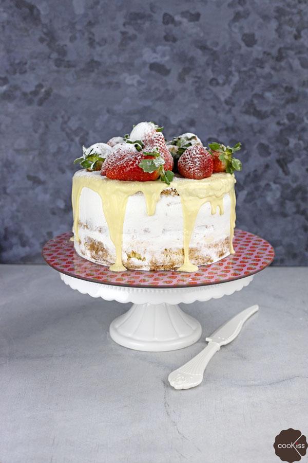 torta-alle-fragole-con-glassa-al-cioccolato-bianco